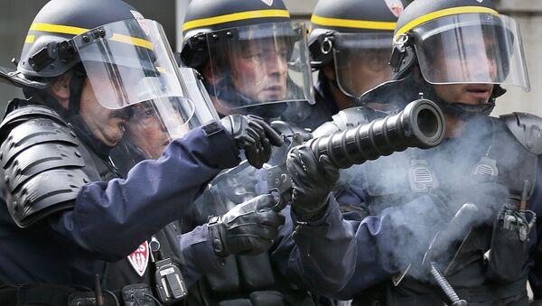 Rozgonienie demonstrantów przez policję w Paryżu - Sputnik Polska