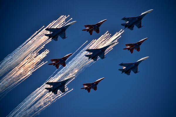 Samoloty Su-27 i MiG-29 podczas Dnia Zwycięstwa na placu Czerwonym w Moskwie - Sputnik Polska