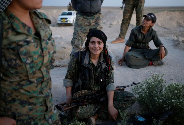 Dziewczyna z Sił Samoobrony Sindżaru na północy Iraku - Sputnik Polska