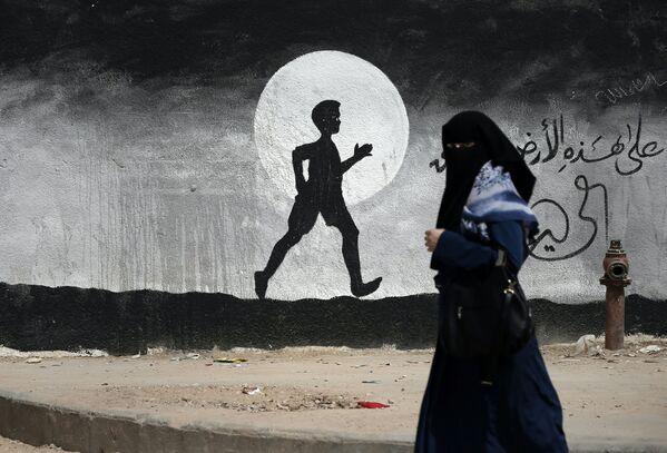 Palestynka przy ścianie z graffiti w Gazie - Sputnik Polska