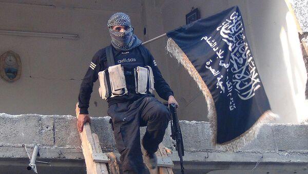 Bojownik Al-Kaidy z flagą - Sputnik Polska