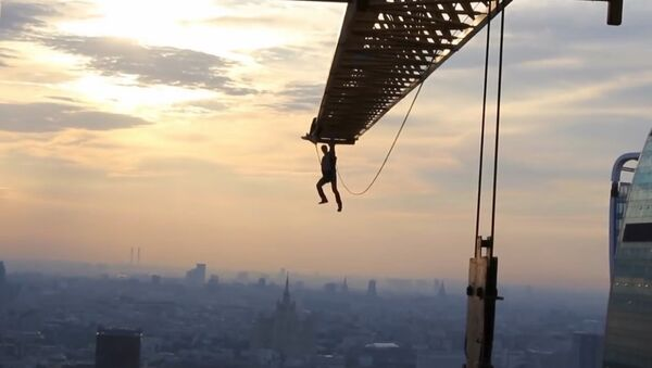 """""""Człowiek-pająk"""" skacze z żurawia wieżowego w centrum Moskwy - Sputnik Polska"""