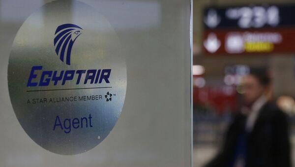 Szyld lini lotniczej Egyptair na lotnisku w Paryżu - Sputnik Polska