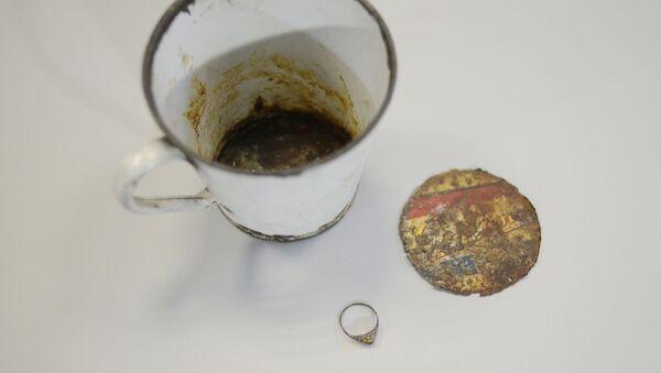 Kubek z podwójnym dnem i pierścionek znalezione w Muzeum Auschwitz - Sputnik Polska