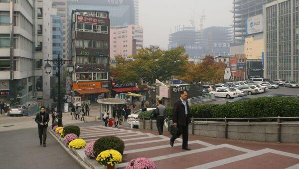 Przechodnie na ulicach Seulu - Sputnik Polska