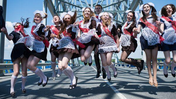 Absolwenci podczas świętowania ostatniego dzwonka w mieście Tara (obwód omski). - Sputnik Polska