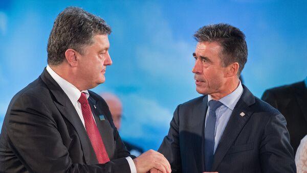 Prezydent Ukrainy Petro Poroszenko i były sekretarz generalny NATO Anders Fogh Rasmussen - Sputnik Polska