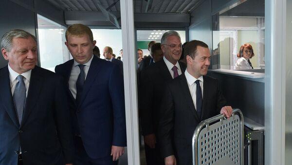 Premier Rosji Dmitrij Miedwiediew na międzynarodowym lotnisku w Żukowskim - Sputnik Polska