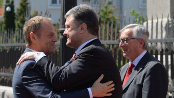 Donald Tusk i Petro Poroszenko przed rozpoczęciem szczytu w Kijowie - Sputnik Polska