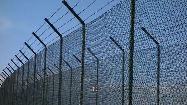 Więzienne ogrodzenie z drutem kolczastym - Sputnik Polska