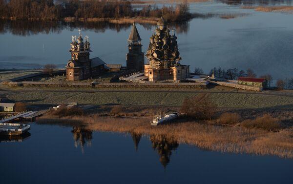 W północnej części jeziora Onega znajduje się wyspa Kiży, której długość wynosi 6 km. Wyspa jest znana na całym świecie dzięki swojej architekturze, która uważany jest za prawdziwe dzieło sztuki rosyjskiej architektury drewnianej. Na terytorium wyspy mieści się muzeum. - Sputnik Polska