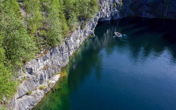 """Marmurowy kanion w parku górskim """"Ruskeala"""", napełniony najczystszymi wodami gruntowymi – jedno z najpiękniejszych miejsc w Karelii. Dawniej stanowił źródło wydobycia różnych rodzajów marmuru. Połączenie niepowtarzalnej przyrody i działalności człowieka nadaje mu niesłychanie zjawiskowego wyglądu, który przyciąga podróżników i miłośników pięknych widoków. - Sputnik Polska"""