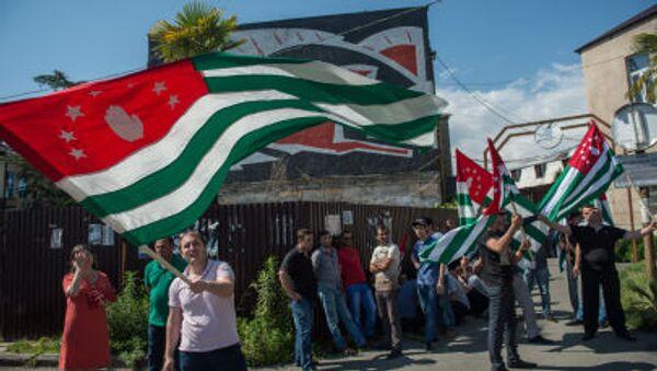 Mieszkańcy Abchazji z flagą narodową na ulicach w Suchum - Sputnik Polska