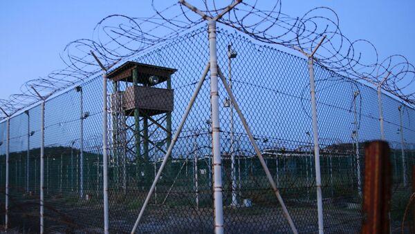 Ogrodzenie i wieża więzienia Guantanamo na Kubie - Sputnik Polska