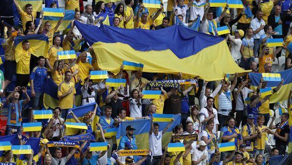 Trybuna ukraińskich kibiców w czasie meczu Ukraina-Północna Irlandia na Euro-2016 - Sputnik Polska