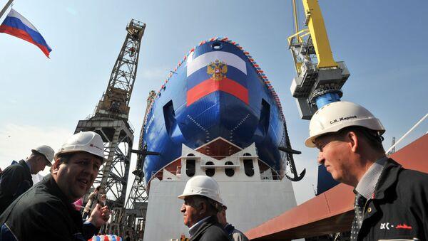 """Z kontraktu podpisanego z państwowym przedsiębiorstwem Atomflot wynika, że Stocznia Bałtyjska zbuduje trzy lodołamacze projektu 22220. 26 maja ubiegłego roku rozpoczęto budowę pierwszego seryjnego lodołamacza z tej serii - """"Syberia"""". Jesienią tego roku zaplanowano rozpoczęcie budowy drugiego okrętu - """"Ural"""". - Sputnik Polska"""