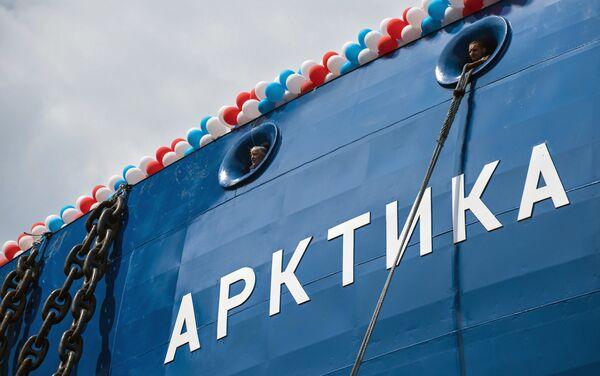 """Budowę lodołamacza """"Arktyka"""" rozpoczęto w listopadzie 2013 roku. Jego długość wynosi 173,3 m, szerokość – 34 m, wyporność - 33,5 tys. ton. Okręt może zabrać na pokład 75 członków załogi. Wyposażono go w reaktor wodny ciśnieniowy o mocy 175 MW. Okręty projektu 22220 mogą przeprowadzać karawany statków w warunkach arktycznych, krusząc lód o grubości 3 metrów. - Sputnik Polska"""