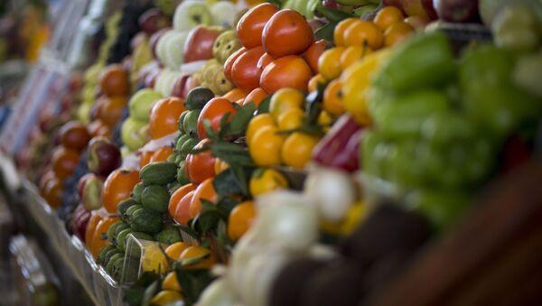 Owoce i warzywa na jednym z rynków w Moskwie - Sputnik Polska