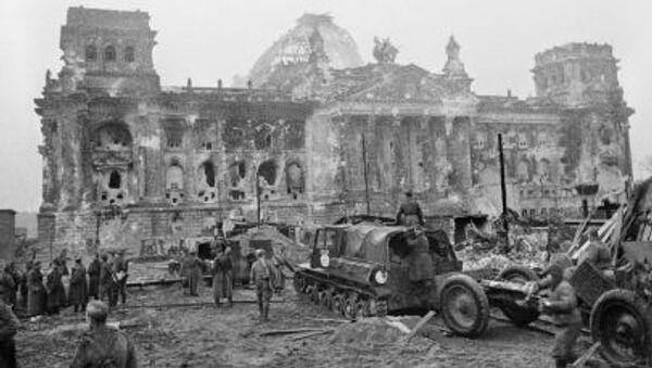 Radzieccy żołnierze w pobliżu Reichstagu. - Sputnik Polska