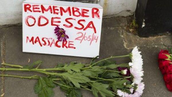Kwiaty w pobliżu ukraińskiej ambasady w Londynie w pamięci tych, którzy zginęli w Domu Związków Zawodowych w Odessie, 2 maja 2014 - Sputnik Polska