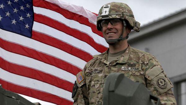 Wojskowy podczas defilady amerykańskiego sprzętu opancerzonego Dragoon Ride w łotewskim Dyneburgu - Sputnik Polska