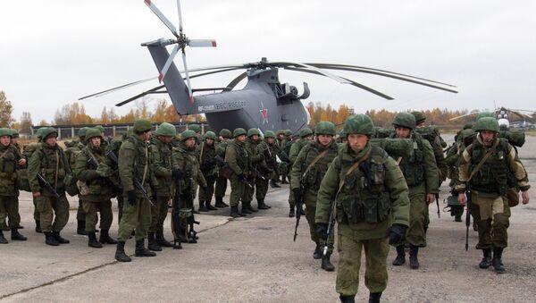 Desantowcy Wojsk Powietrzno-Desantowych przy śmigłowcu Mi-26 podczas ćwiczeń taktycznych Wojsk Powietrzno-Desantowych w obwodzie pskowskim - Sputnik Polska