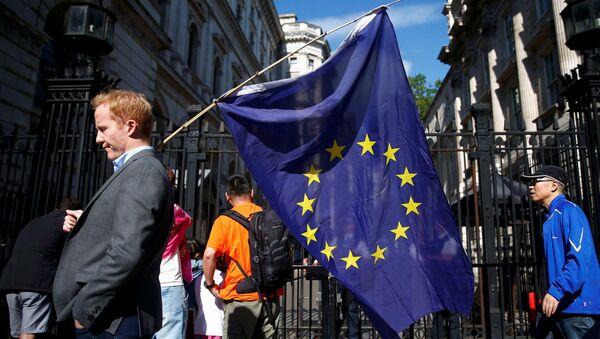 Mężczyzna z flagą UE na ulicy w Londynie po referendum Brexit - Sputnik Polska
