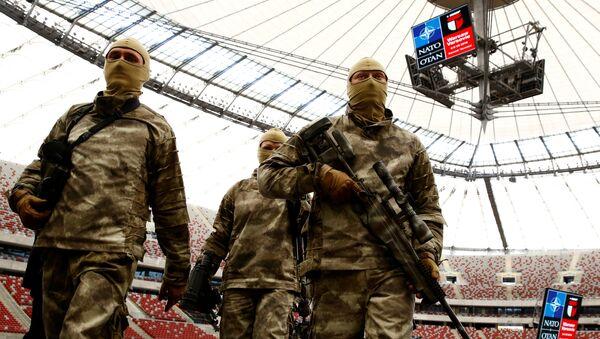 Żołnierze po pokazowych ćwiczeniach wojskowych przed szczytem NATO w Warszawie. - Sputnik Polska