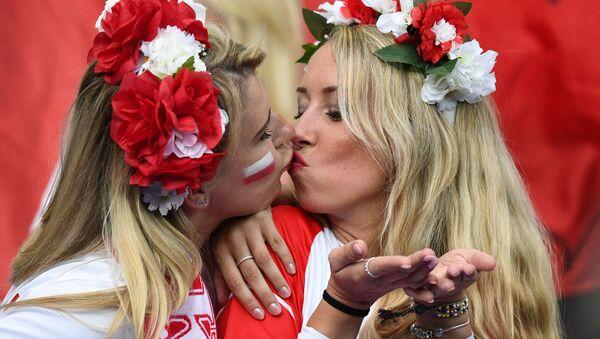 Polskie kibicki w Marsylii na meczu pomiędzy reprezentacjami Polski i Niemcami podczas Mistrzostw Europy w piłce nożnej. - Sputnik Polska
