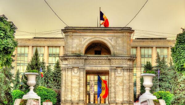 Mołdawska flaga i Łuk Triumfalny w Kiszyniowie - Sputnik Polska