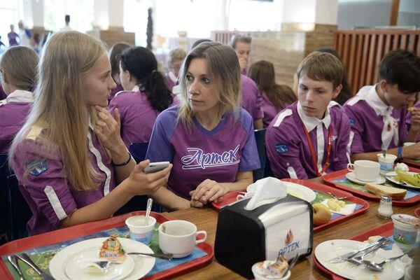 Podczas swojej wizyty w legendarnym obozie dyplomatka przeprowadziła warsztaty dziennikarskie dla dzieci i podzieliła się tajemnicą ceremonii herbacianej. - Sputnik Polska