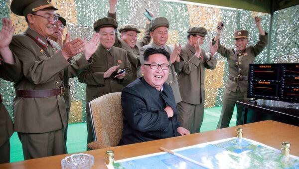 Lider KRLD Kim Dzong Un obserwuje start pocisku balistycznego - Sputnik Polska