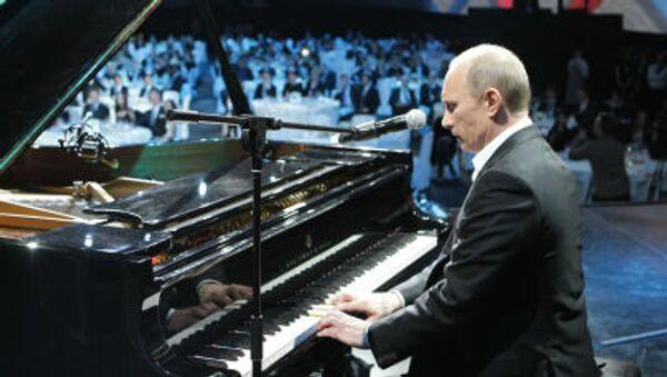 Władimir Putin gra na fortepianie podczas koncertu charytatywnego w Petersburgu, 10 grudnia 2010 - Sputnik Polska