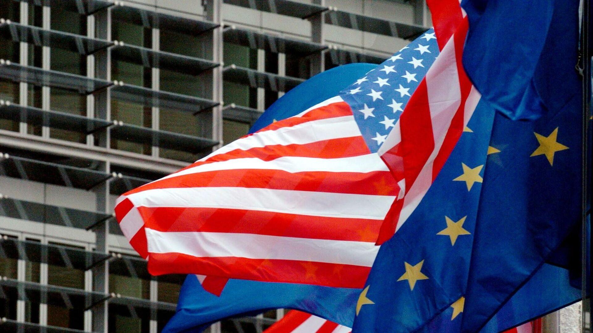 Flagi USA i UE przed siedzibą Komisji Europejskiej w Brukseli  - Sputnik Polska, 1920, 21.09.2021