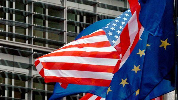 Flagi USA i UE przed siedzibą Komisji Europejskiej w Brukseli - Sputnik Polska