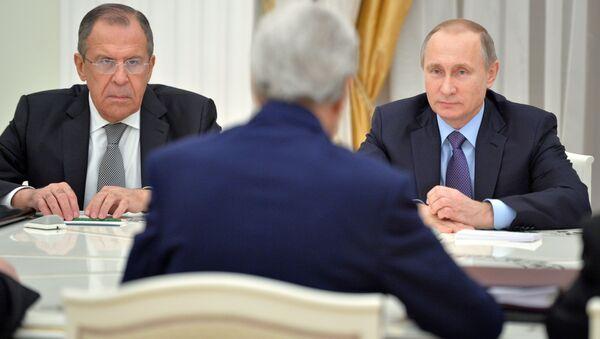 Prezydent Rosji Władimir Putin, szef rosyjskiej dyplomacji Siergiej Ławrow i sekretarz stanu USA John Kerry - Sputnik Polska