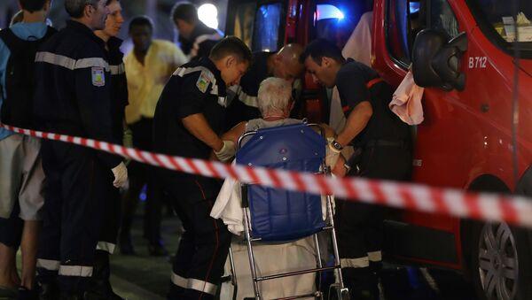 Pracownicy pogotowia ewakuują ludzi z miejsca tragedii. - Sputnik Polska