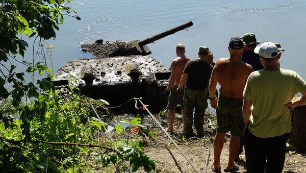Operacja wydobycia czołgu T-34 z czasów Wielkiej Wojny Ojczyźnianej z dna Donu w obwodzie woroneskim - Sputnik Polska