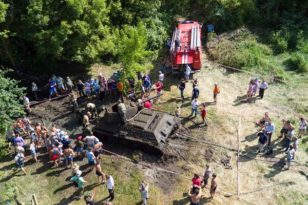"""""""Operacja wydobycia została zakończona. Obecnie czołg jest badany pod kątem obecności urządzeń wybuchowych. W niedalekiej przyszłości czołg zostanie otwarty. Zostaną przeprowadzone oględziny. Możliwe, że wewnątrz znajduje się załoga"""", - powiedział szef działu badań, naprawy i renowacji eksponatów parku """"Patriot"""" Anatolij Kalemberg. - Sputnik Polska"""