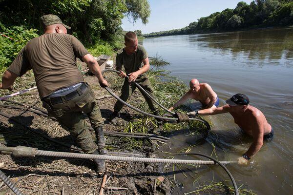 """""""To, że odnaleziony czołg tak długo znajdował się pod wodą, zapewniło mu zachowanie idealnego stanu, co nadaje mu szczególną wartość muzealną"""" - zaznaczył dział poszukiwań, naprawy i renowacji eksponatów parku """"Patriot"""". - Sputnik Polska"""