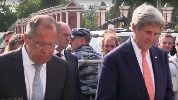 Siergiej Ławrow i John Kerry pod ambasadą Francji w Moskwie, 15 lipca 2016 - Sputnik Polska