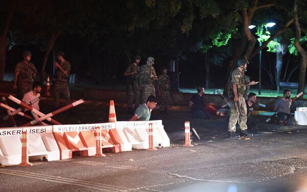 Tureccy żołnierze zatrzymują ludzi w Stambule - Sputnik Polska