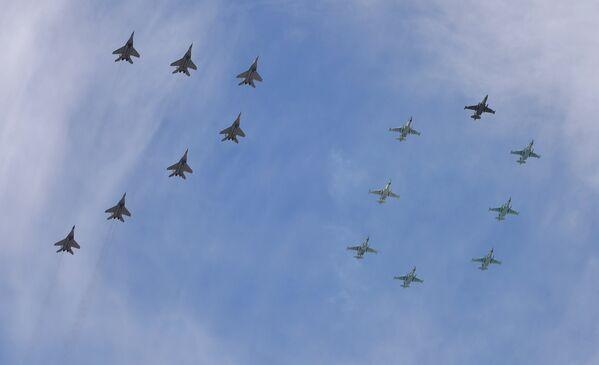 """15 samolotów MiG-29 i Su-25 tworzy na niebie liczbę """"70"""" - Sputnik Polska"""