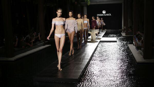 Modelki na wybiegu podczas pokazu mody plażowej w Miami Beach. - Sputnik Polska