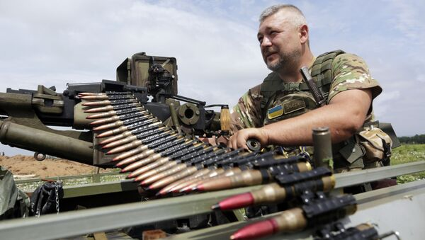 Ukraiński żołnierz sprawdza stan karabinu - Sputnik Polska