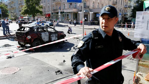 Policja zabezpiecza miejsce, w którym doszło do wybuchu samochodu. - Sputnik Polska