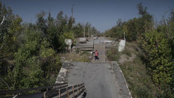 Wysadzony most między stacją Ługańską i Ługańskiem - Sputnik Polska