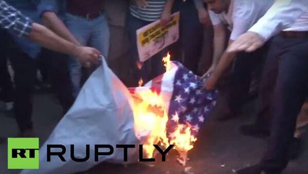 Tureccy protestujący palą amerykańską flagę - Sputnik Polska