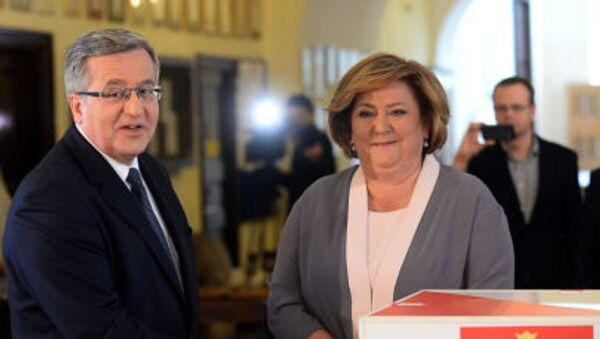 Prezydent Polski Bronisław Komorowski z żona głosują w jednym z warszawskich lokali wyborczych - Sputnik Polska
