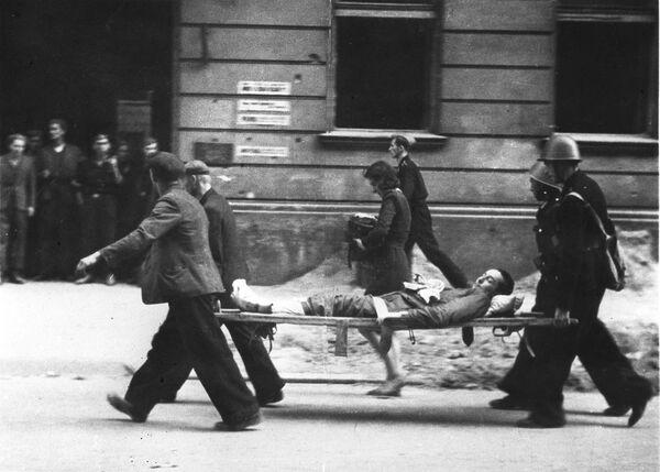 Ewakuacja rannych w czasie Powstania Warszawskiego. - Sputnik Polska